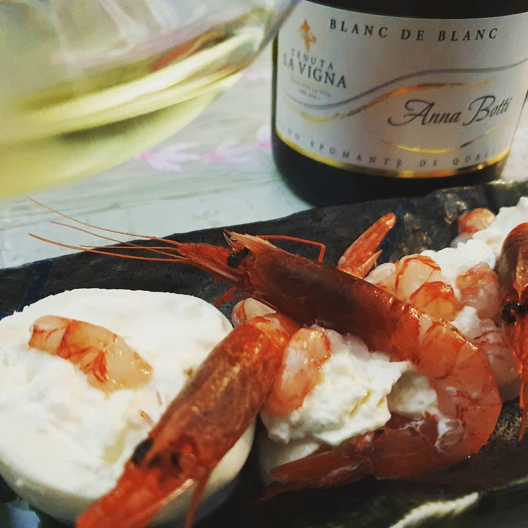 Gamberi rossi di Mazara in tartare con jalapeno su burrata freschissima, abbinati alla delicatezza del Blanc de Blanc Anna Botti.
